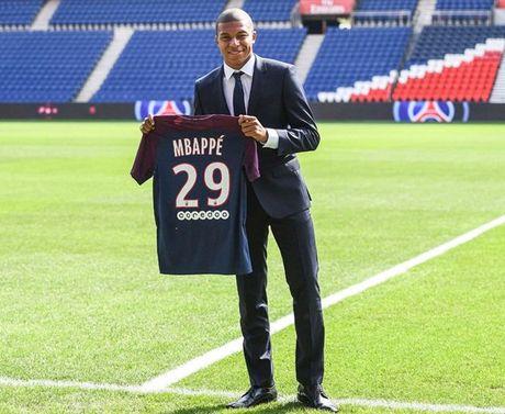 Kylian Mbappe rang ro trong ngay chinh thuc ra mat PSG - Anh 6