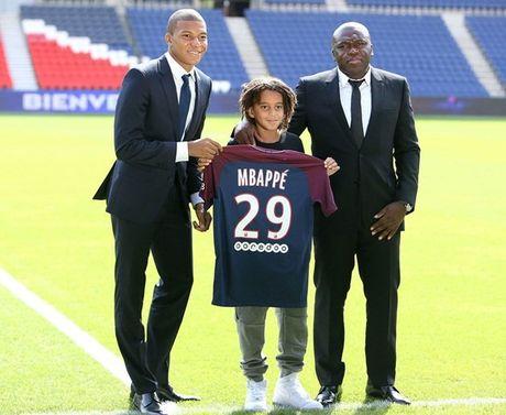 Kylian Mbappe rang ro trong ngay chinh thuc ra mat PSG - Anh 7