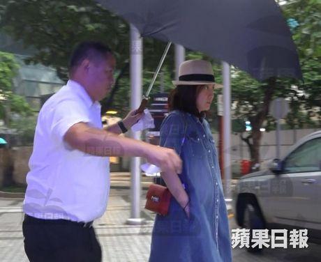 Ngoi sao 24/7: Vo ba kem 28 tuoi van co bau du ty phu Hongkong phai chong gay di lai - Anh 1
