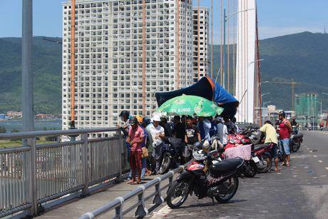 Bo lai xe may, nam thanh nien nhay cau Thuan Phuoc tu van - Anh 1