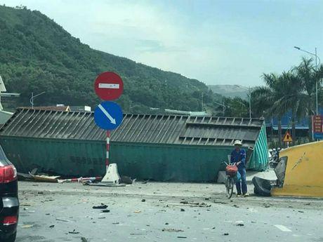 Quang Ninh: Xe container dam vao via he lat ngua, tai xe nguy kich - Anh 2