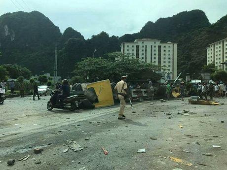 Quang Ninh: Xe container dam vao via he lat ngua, tai xe nguy kich - Anh 3