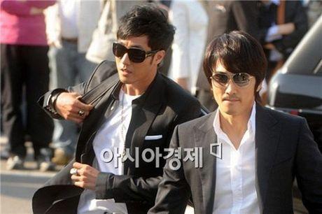 Song Seung Heon dong phim moi, ban than So Ji Sub gui tang xe cafe de ung ho - Anh 4