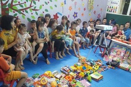 LDLD tinh Bac Ninh: Trao tang do dung hoc tap, do choi cho cac nhom tre doc lap tu thuc - Anh 1