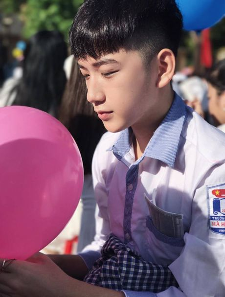 Nam sinh lop 11 tai Nghe An gay sot voi ve dep trai 'khong goc chet' - Anh 1