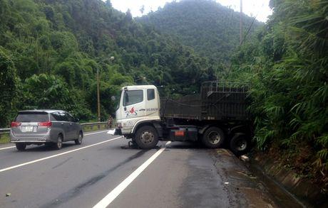Truy tim xe khach lan lan ep xe may roi xuong vuc tren deo Bao Loc - Anh 3