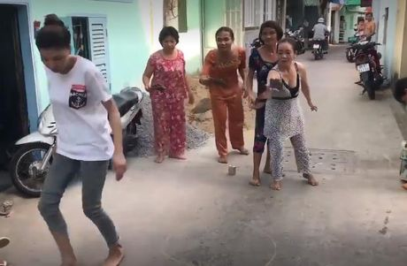 Phu nu U40 -U50 choi tro nem lon gay 'bao' mang vi goi nho ve 'tuoi tho du doi' - Anh 1
