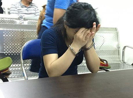 Nuoc mat muon mang cua nguoi me cho con uong thuoc tru sau - Anh 1