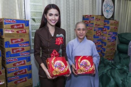 Phan Thi Mo trao 500 suat qua cho nguoi ngheo nhan mua Trung Thu - Anh 2