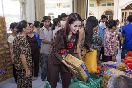 Phan Thi Mo trao 500 suat qua cho nguoi ngheo nhan mua Trung Thu - Anh 3
