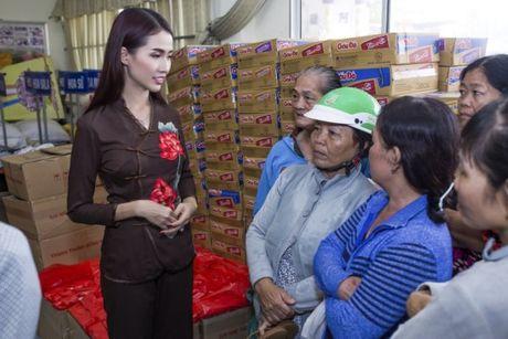 Phan Thi Mo trao 500 suat qua cho nguoi ngheo nhan mua Trung Thu - Anh 7