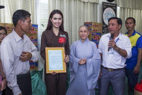 Phan Thi Mo trao 500 suat qua cho nguoi ngheo nhan mua Trung Thu - Anh 9