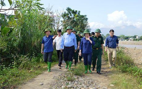 Pho Thu tuong Thuong truc kiem tra va chi dao khac hau qua mua lu o Yen Bai - Anh 1