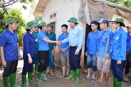 Pho Thu tuong Thuong truc kiem tra va chi dao khac hau qua mua lu o Yen Bai - Anh 3