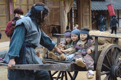 Nhin bo ba Daehan - Minguk - Manse lich lam nhu the nay, co ai con nho ba nhoc 'cameo an xin' nam ay - Anh 5
