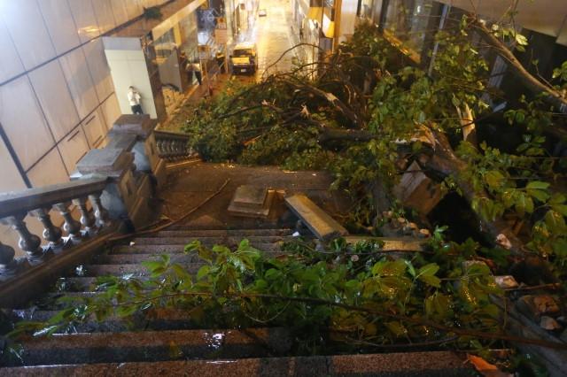 Điểm quay phim của Châu Tinh Trì và TVB bị bão Mangkhut đánh sập Ảnh 6