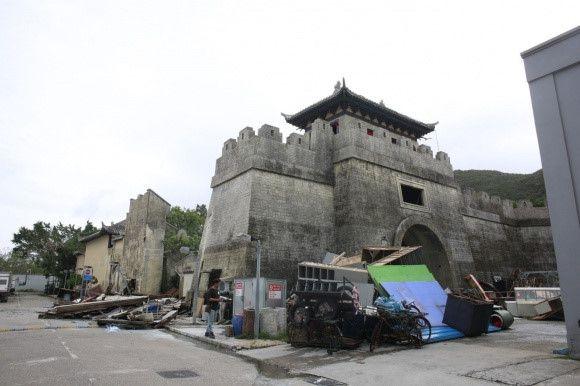 Điểm quay phim của Châu Tinh Trì và TVB bị bão Mangkhut đánh sập Ảnh 9