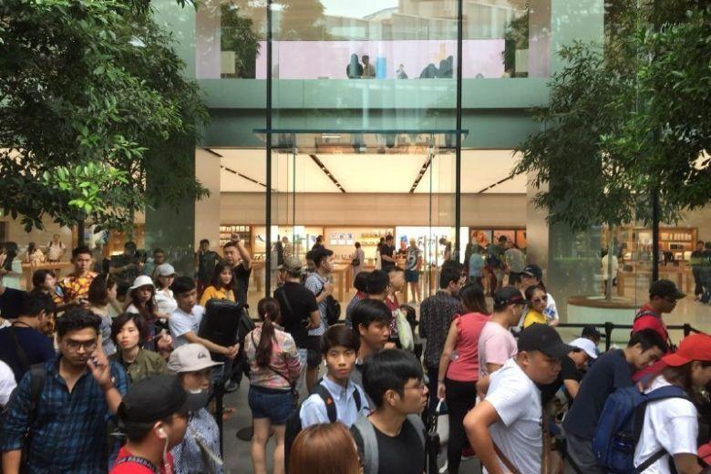 Chị em người Việt đứng đầu hàng chờ mua iPhone mới tại Apple Store Singapore Ảnh 1