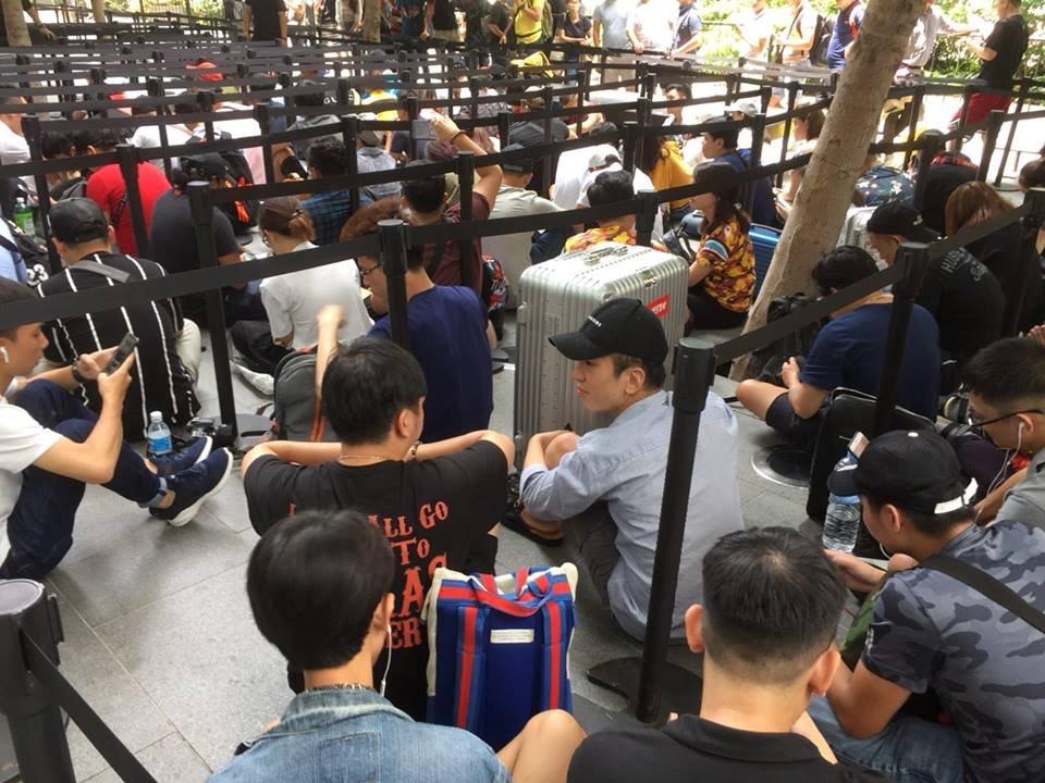 Chị em người Việt đứng đầu hàng chờ mua iPhone mới tại Apple Store Singapore Ảnh 5