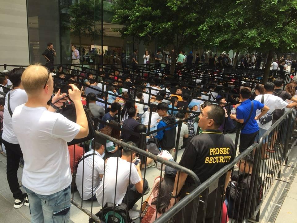 Chị em người Việt đứng đầu hàng chờ mua iPhone mới tại Apple Store Singapore Ảnh 2