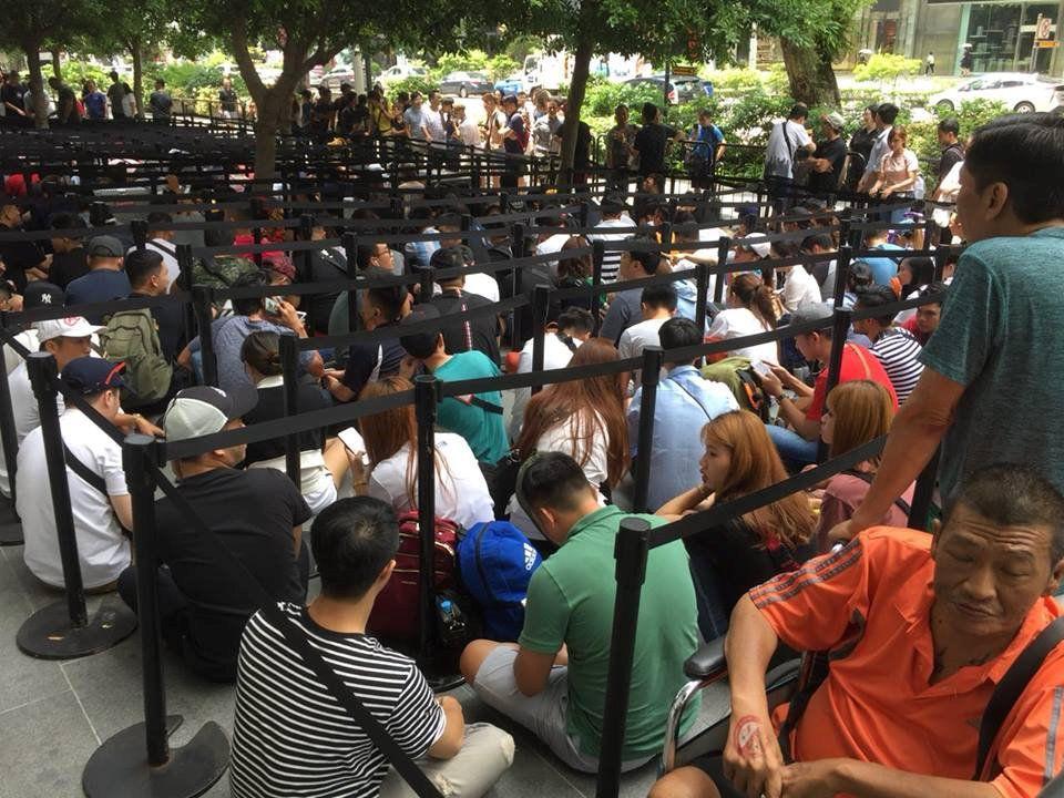 Chị em người Việt đứng đầu hàng chờ mua iPhone mới tại Apple Store Singapore Ảnh 3