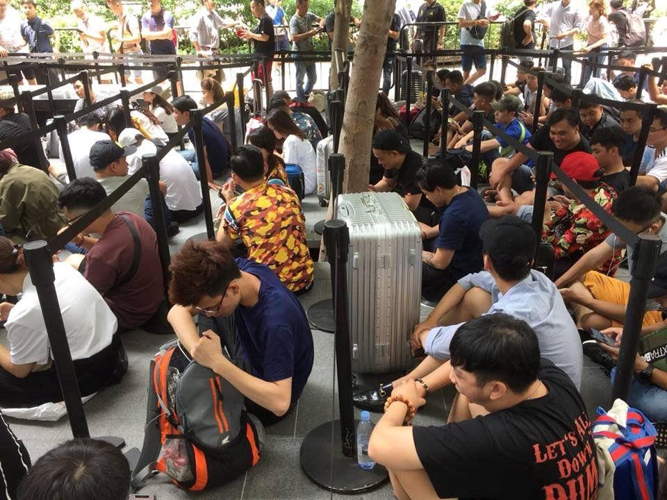 Chị em người Việt đứng đầu hàng chờ mua iPhone mới tại Apple Store Singapore Ảnh 4
