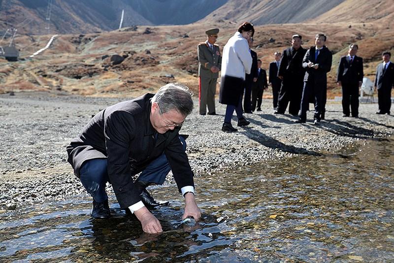 Thăm đỉnh Paekdu, Tổng thống Moon hoàn thành tâm nguyện cả đời Ảnh 5