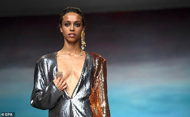 Người mẫu lúng túng vì liên tục gặp sự cố lộ ngực khi diễn Ảnh 3