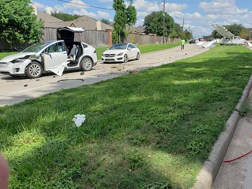 Hi hữu: Ô tô Tesla bị máy bay đâm trúng, tài xế vẫn bình yên vô sự Ảnh 1