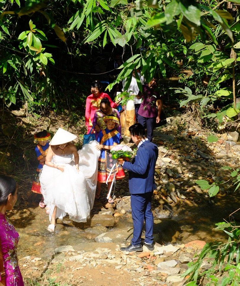 Cô dâu 62 tuổi mặc váy cưới, lội qua 3 con suối về nhà chồng trong niềm hân hoan Ảnh 6