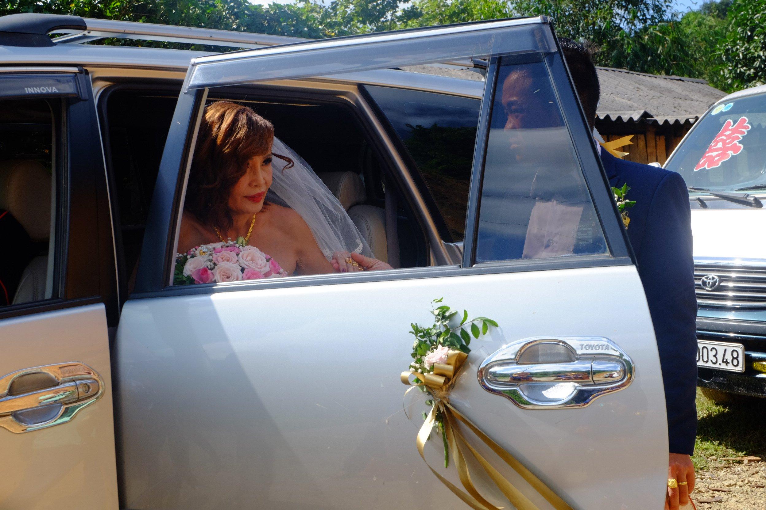 Cô dâu 62 tuổi mặc váy cưới, lội qua 3 con suối về nhà chồng trong niềm hân hoan Ảnh 2