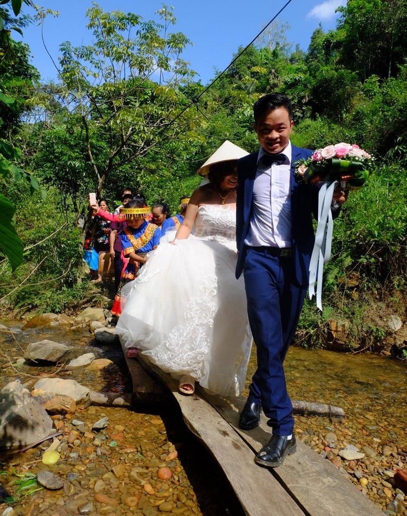 Cô dâu 62 tuổi mặc váy cưới, lội qua 3 con suối về nhà chồng trong niềm hân hoan Ảnh 8