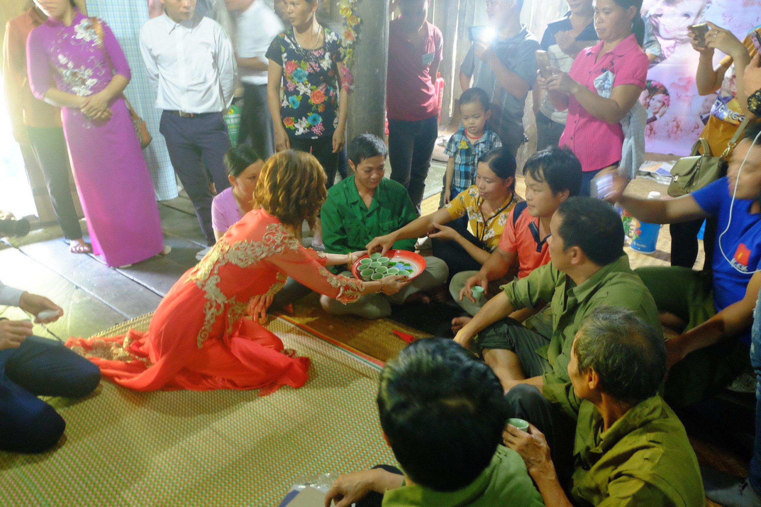 Cô dâu 62 tuổi mặc váy cưới, lội qua 3 con suối về nhà chồng trong niềm hân hoan Ảnh 10