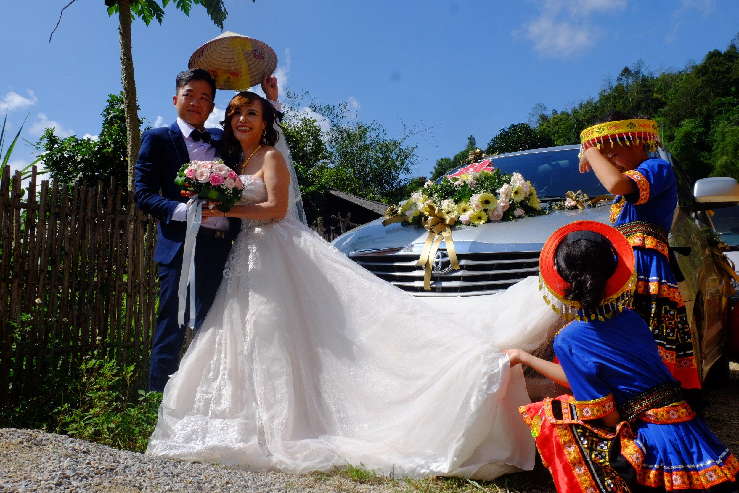 Cô dâu 62 tuổi mặc váy cưới, lội qua 3 con suối về nhà chồng trong niềm hân hoan Ảnh 3