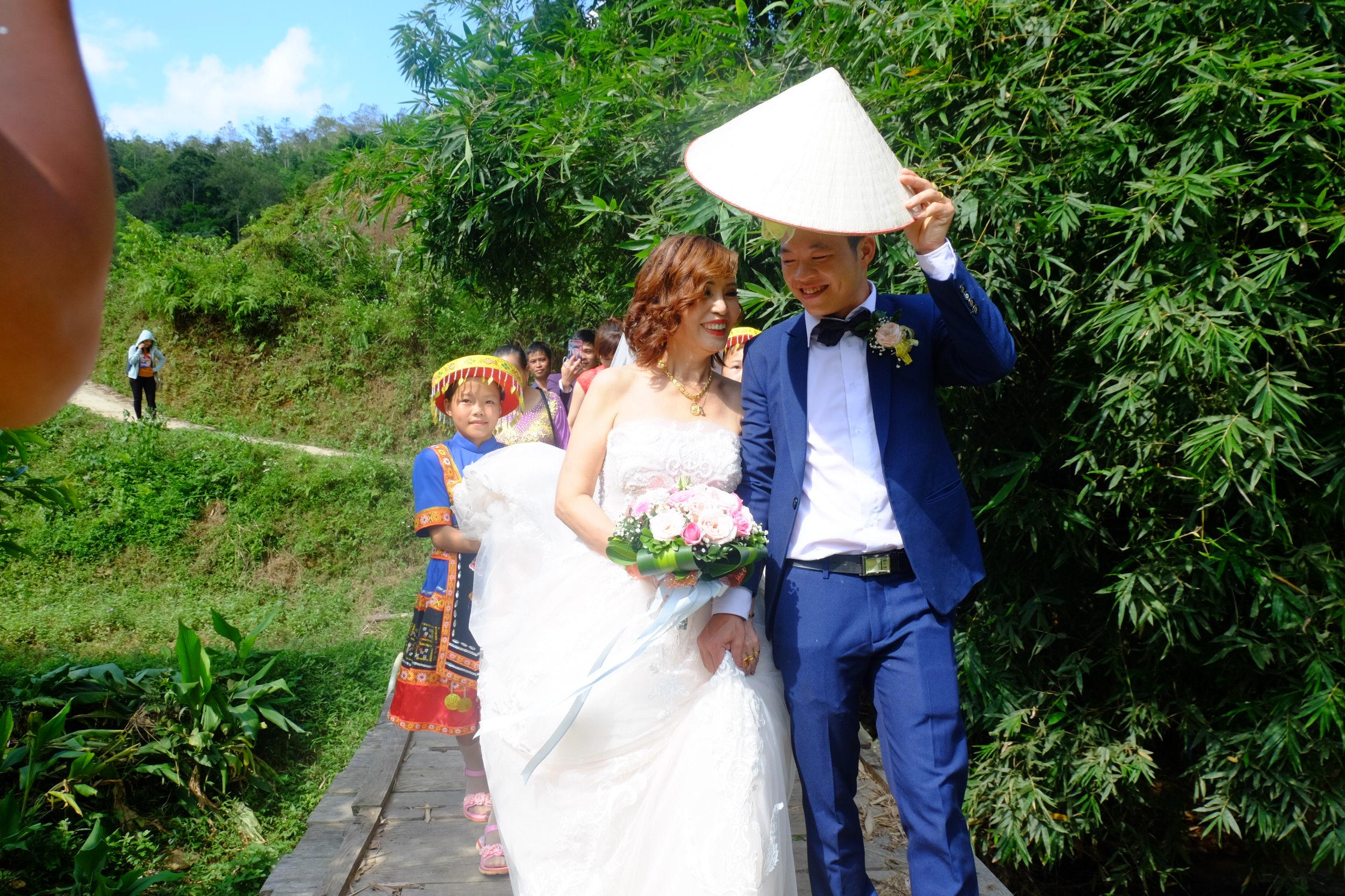Cô dâu 62 tuổi mặc váy cưới, lội qua 3 con suối về nhà chồng trong niềm hân hoan Ảnh 4