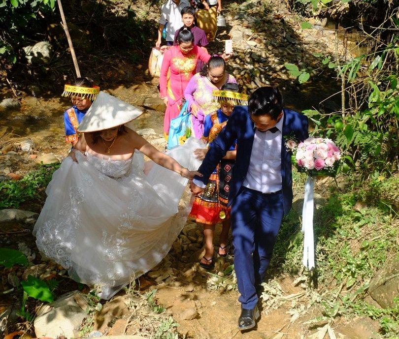 Cô dâu 62 tuổi mặc váy cưới, lội qua 3 con suối về nhà chồng trong niềm hân hoan Ảnh 7
