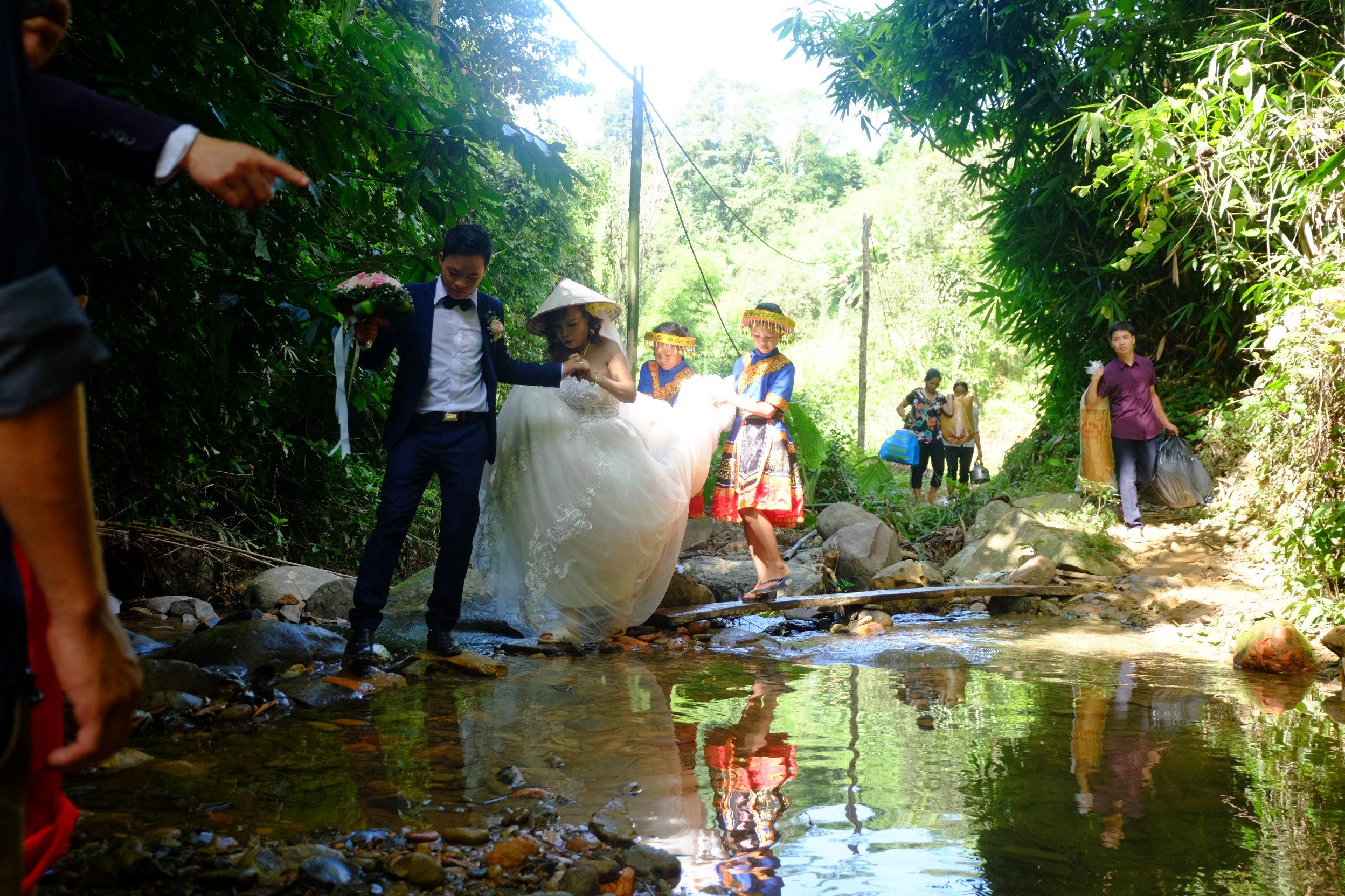 Cô dâu 62 tuổi mặc váy cưới, lội qua 3 con suối về nhà chồng trong niềm hân hoan Ảnh 5