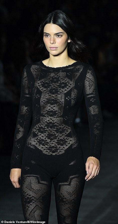 Kendall Jenner diện đồ xuyên thấu sánh bước cùng chị em Hadid ở Milan Ảnh 1