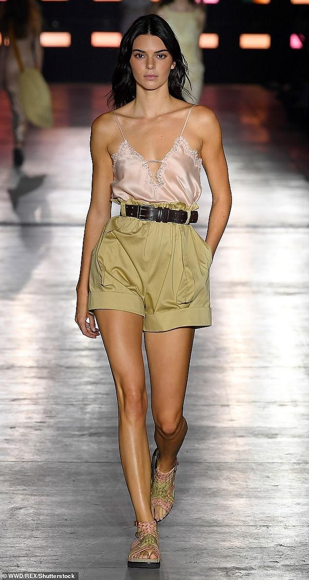 Kendall Jenner diện đồ xuyên thấu sánh bước cùng chị em Hadid ở Milan Ảnh 4
