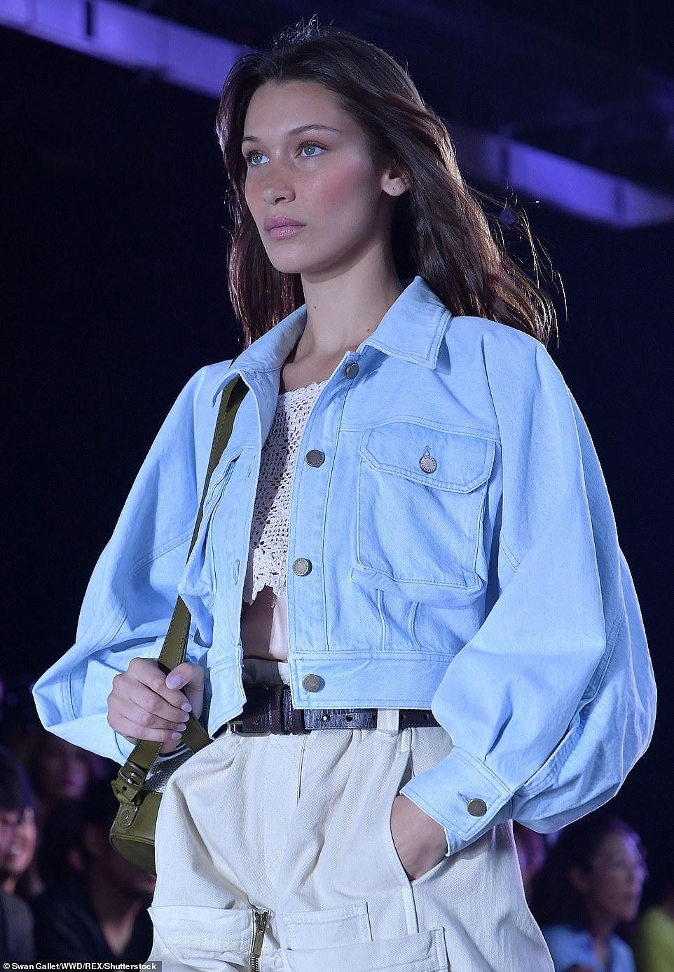 Kendall Jenner diện đồ xuyên thấu sánh bước cùng chị em Hadid ở Milan Ảnh 11