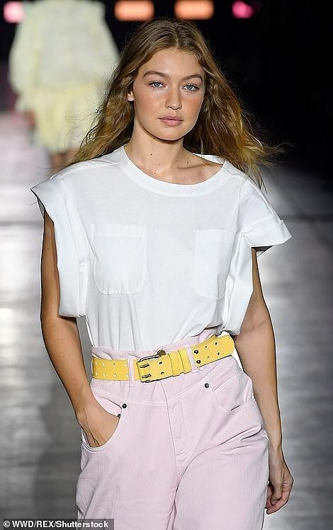 Kendall Jenner diện đồ xuyên thấu sánh bước cùng chị em Hadid ở Milan Ảnh 10