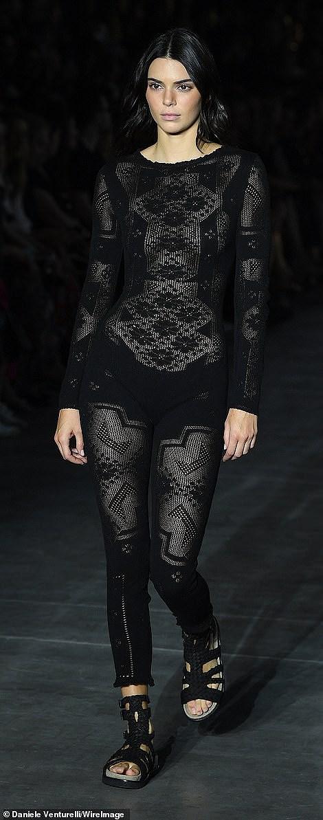 Kendall Jenner diện đồ xuyên thấu sánh bước cùng chị em Hadid ở Milan Ảnh 2