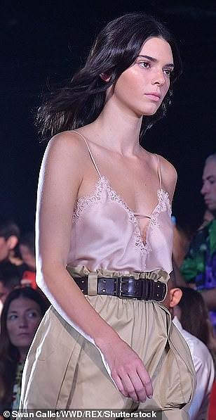 Kendall Jenner diện đồ xuyên thấu sánh bước cùng chị em Hadid ở Milan Ảnh 5