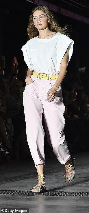 Kendall Jenner diện đồ xuyên thấu sánh bước cùng chị em Hadid ở Milan Ảnh 9