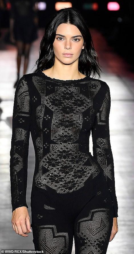 Kendall Jenner diện đồ xuyên thấu sánh bước cùng chị em Hadid ở Milan Ảnh 3
