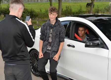 Pogba ngoi taxi, Depay lai Rolls Royce di an toi - Anh 8