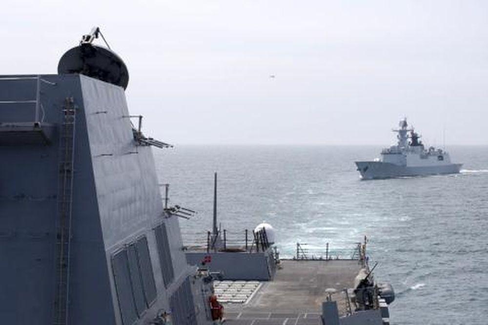 Chiến hạm Type 054A áp sát tàu Aegis Mỹ.