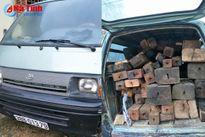 Mật phục bắt giữ ô tô chở gỗ trái phép trong đêm