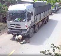 Clip: Cụ bà nhặt ve chai bị xe tải cán tử vong khi băng qua đường
