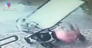 Đứng trên vỉa hè, mẹ và con nhỏ trong xe đẩy bị cửa sổ tầng 5 rơi trúng đầu